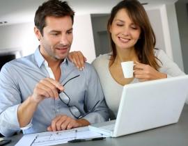 Młoda para szuka projektu domu w internecie