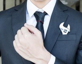 mężczyzna w garniturze z kluczem w kieszeni