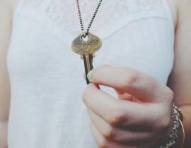 Klucz do zaufania na szyi kobiety