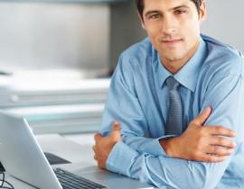 Mężczyzna siedzący przed laptopem
