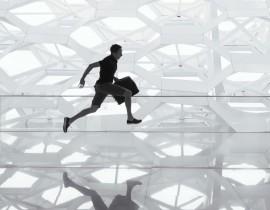 Człowiek biegnący z walizką